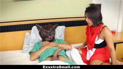 Брюнетка снимается в роли красной шапочки и трахается с мнимым волком