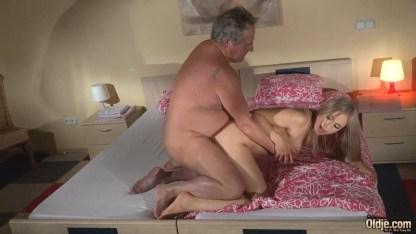 Дочь красотка разбудила папочку минетом, а потом показала ему прелести инцеста