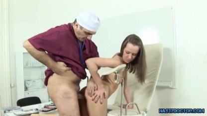 Гинеколог не сдержался и жестко выебал пациентку в пизду