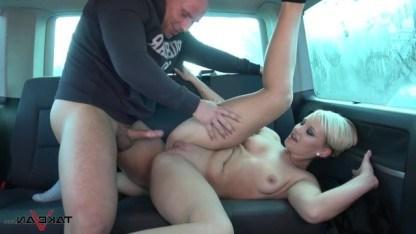 Красивая блондинка вознаградила своего спасителя сексом в фургоне