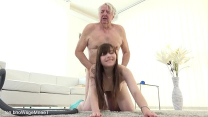 Luna Rival работает на деда и после уборки в его доме заслуживает секс
