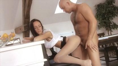 Мужик с утра уговорил молодую жену друга заняться сексом и знатно трахнул ее