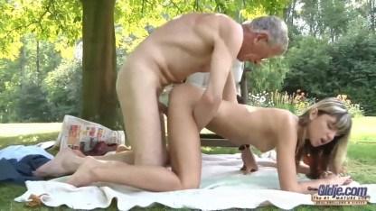 Блонда мешала старику читать и тот покарал негодницу трахом в пизду