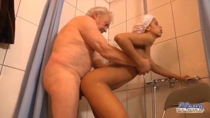 Дед показал своей внучке что он еще много чего может в сексе