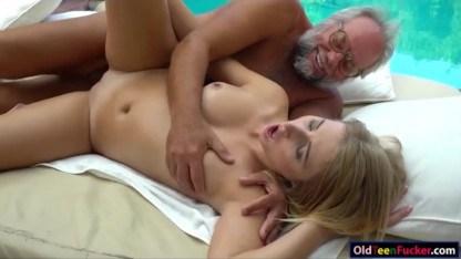 Внучка возбудила своего деда массажем и он выебал ее в пизду