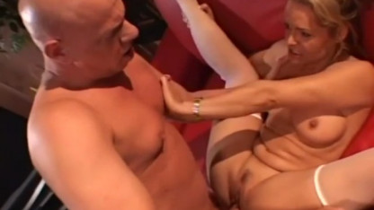 Мужчина доминирует и ебет зрелую женщину, как свою рабыню