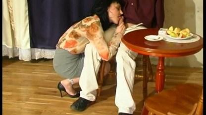 Пьяная мамка совершила с сыном инцест в шикарном доме