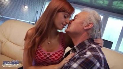 Порно смс: Молодая телка захотела трахнуться со стариком и отдалась деду подруги