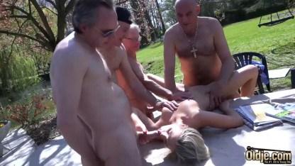 Старик отдал молоденькую блондинку для группового секса в уплату долгов