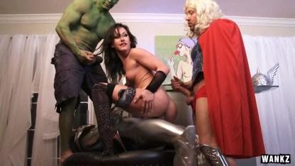 Супергерои сделали двойное проникновение сексуальной милфе