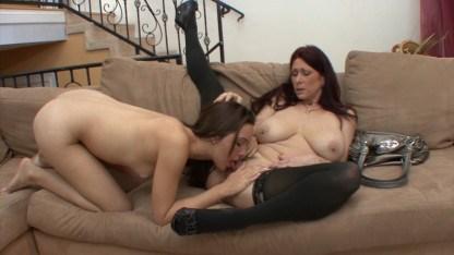 Зрелая мама добивается любви дочки с помощью лесбийских игр