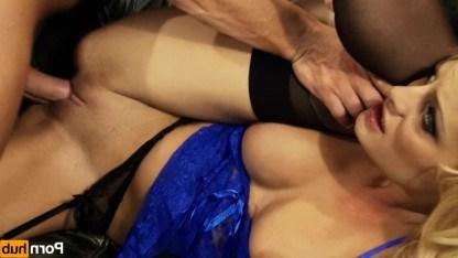 Пожарник забрался к красивой блондинке через окно и остудил ее пыл сексом