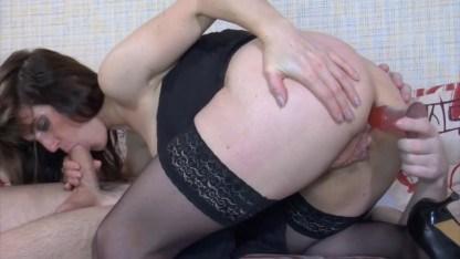 Распутная мамка отучила парня подглядывать, удовлетворив его сексом