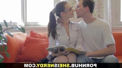 Русская девчонка в очках любит трахаться с незнакомцами