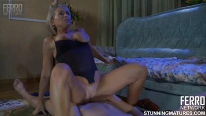 Зрелая дама хочет сына подруги и незаметно проникает в его комнату