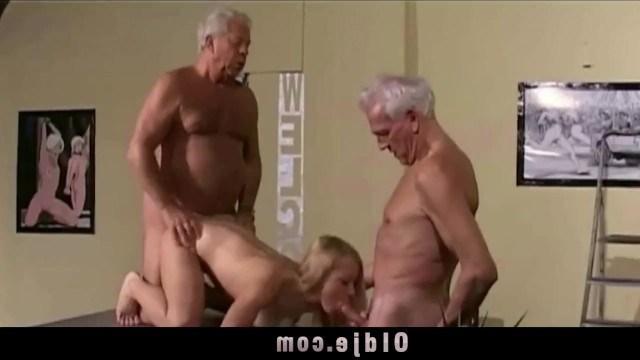 Блондинка собрала возле своей пизды двух стариков и занялась с ними групповухой