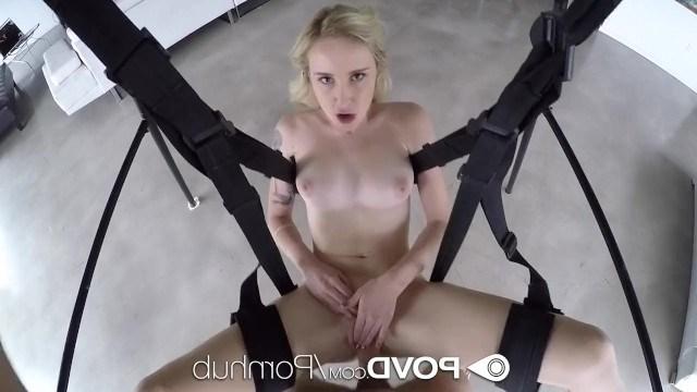 Блондинка залезла на подвесные ремни и устроила бурные скачки с партнером