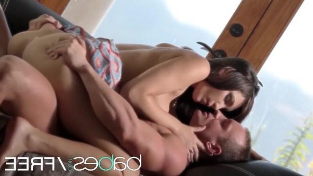 Брюнетка разрешает любимому парню жестко работать членом в постели