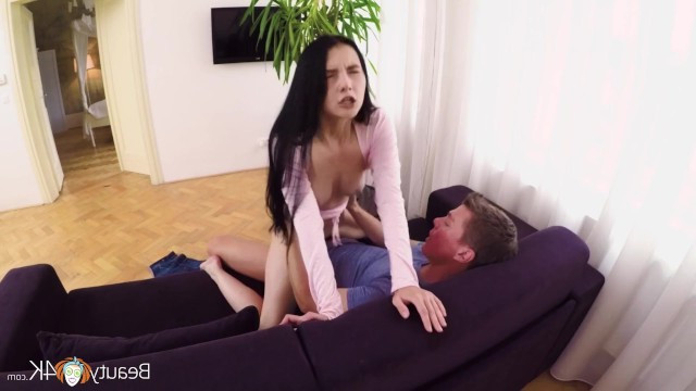 Crystal Greenvelle сама залезла в штаны товарища и потребовала секса