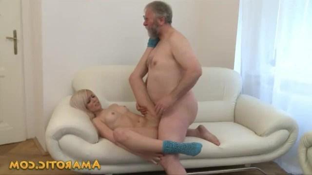 Дед делает из молодой внучки женщину, трахая ее с соседом в процессе инцеста