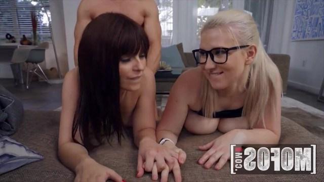 Фигуристая блондинка делится своим парнем с сексуальной соседкой по комнате