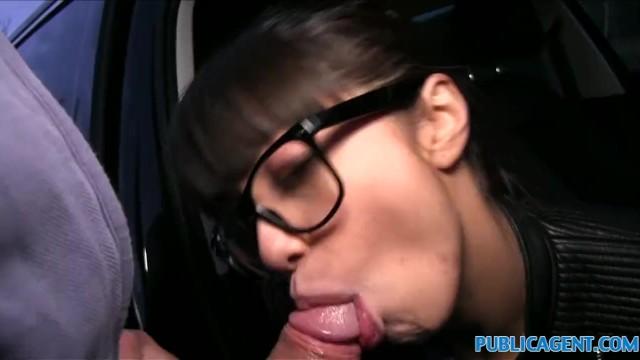 Иностранец пикапнул русскую красотку и занялся с ней сексом в машине за деньги