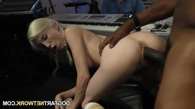 Изголодавшийся по сексу мужик от души ебет худую блондинку и получает кайф