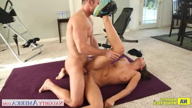 Красотка Rilynn Rae ебется на фитнесе со своим накачанным тренером