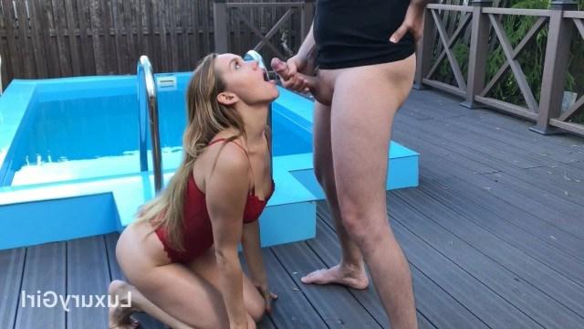 Красотка старательно сосет у бассейна, чтобы все ее лицо покрылось спермой