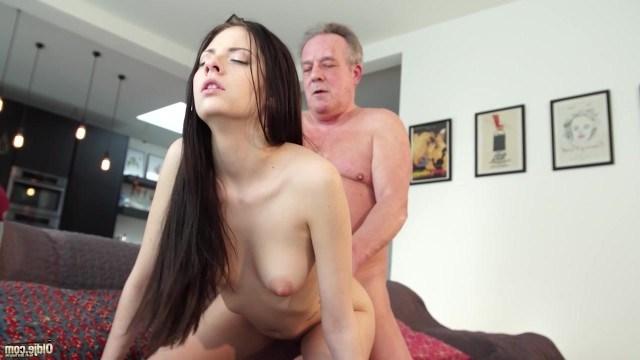 Любознательная девица переняла опыт жесткого секса от похотливого старика