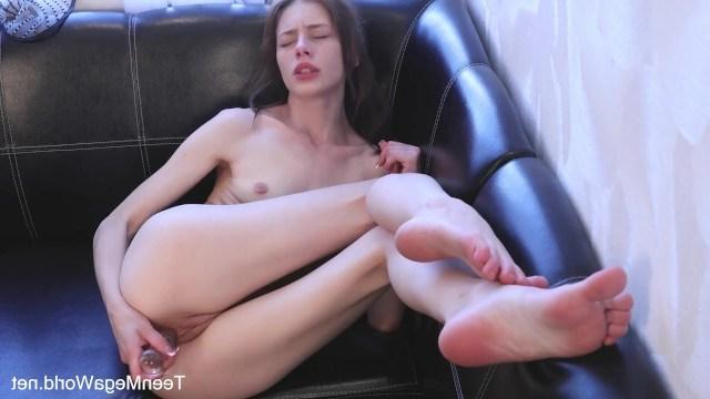Молодая голая девушка прекрасно дрочит перед любимым подсолнухом
