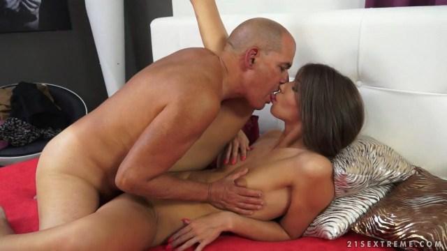 Молодая внучка Susan Ayn вагинальным сексом выжимает все соки с члена деда