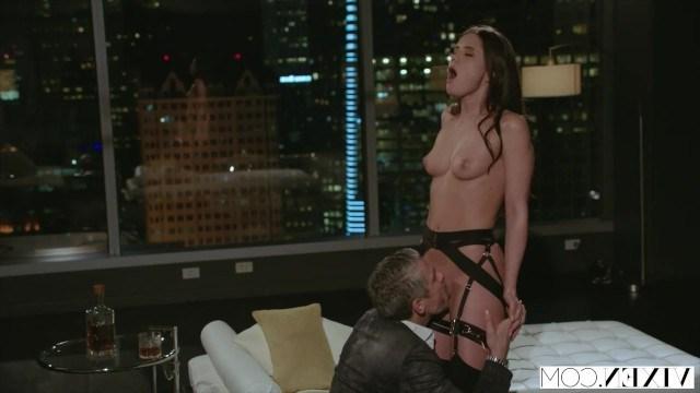 Мужчина увидел девушку в красивом белье и принялся жестко драть ее сочное тело