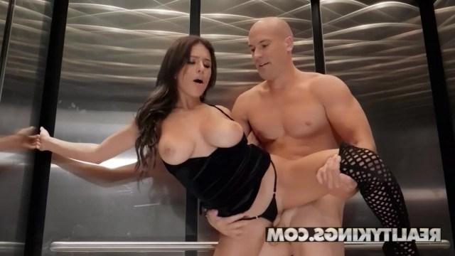 Мужик застрял в лифте с красоткой, поэтому получил минет и отличный секс