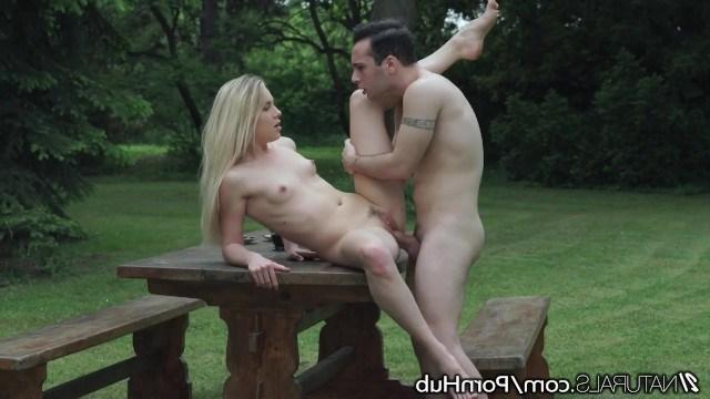 На романтическом пикнике в парке Alecia Fox трахнулась с парнем
