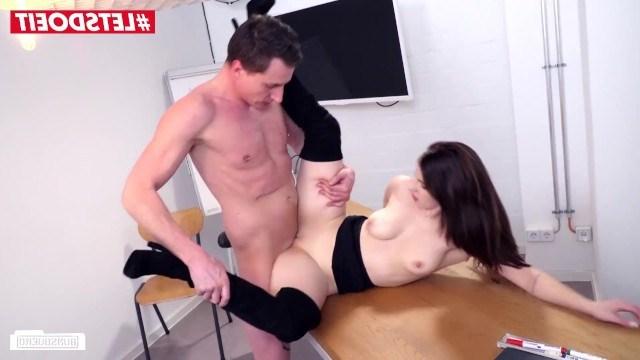 На урок пришла только одна студентка и учитель ее просто выебал на столе