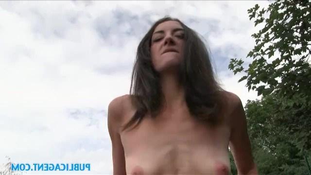Пикапер снял на улице тощую проститутку и трахнул ее в парке