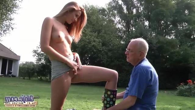 Дед отдал пенсию внучке, чтобы трахнуть ее пизду и получить инцест