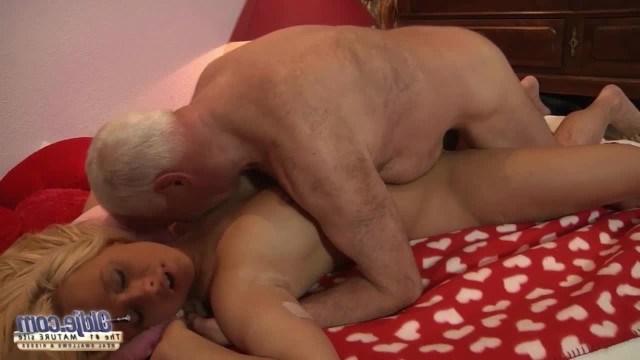 Дед уговорил доверчивую внучку сделать ему подарок в виде инцеста
