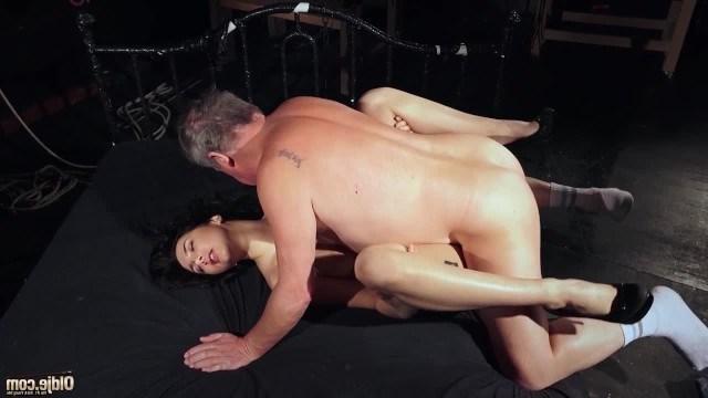 Дядя трахает сексапильную племянницу, чтобы получить инцест
