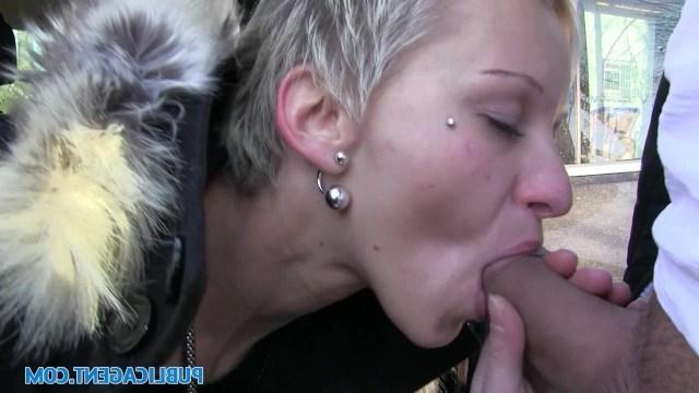 Пикапер привлек внимание блондинки и трахнул ее в салоне машины