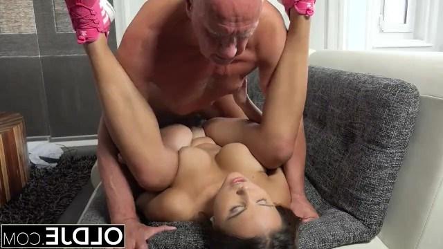 Девушка отсосала пенис старика и после кунилингуса устроила секс