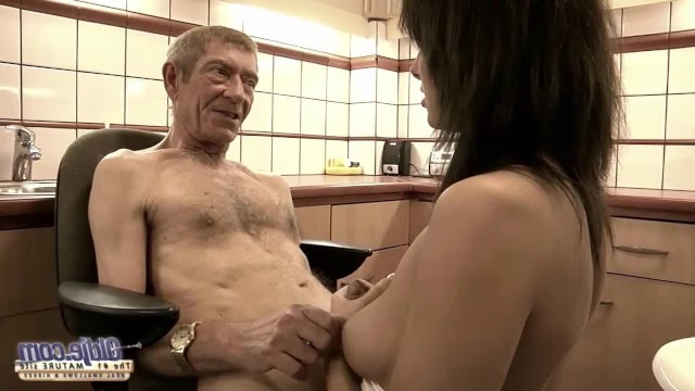 Молодая доктор прописала старику жесткий секс и трахнулась