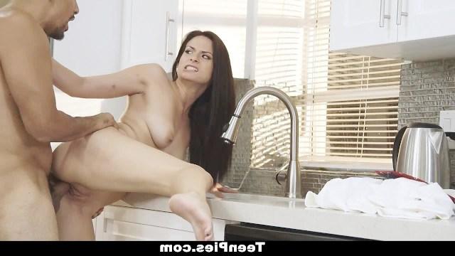Девушка риэлтор использует свою влажную киску чтобы продать дом