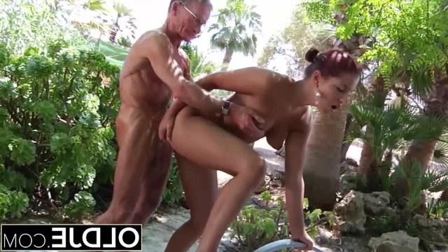 Пожилой мачо приманил девушку своего друга и выебал ее в анал