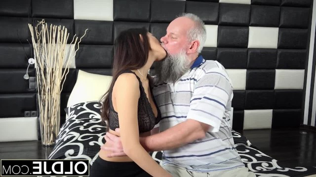 Внучка не стеснялась своего похотливого деда и сама напросилась на инцест