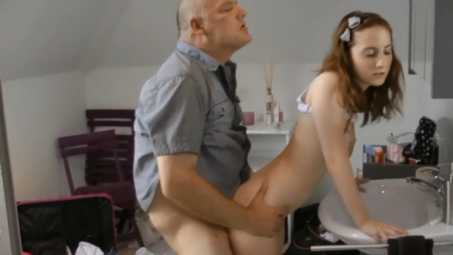 Внучка зашла в туалет к дедушке и он устроил с ней инцест