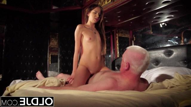 Пьяная внучка показала деду, что такое настоящий жесткий секс