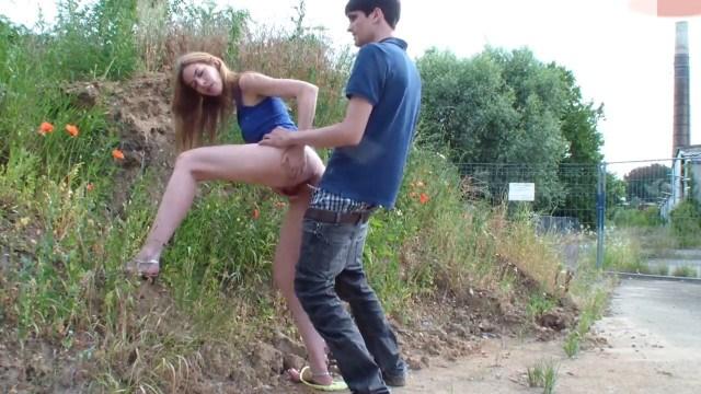 Русский парень отвел красотку в безлюдное место и занялся с ней сексом