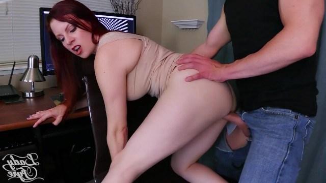 Рыженькая грудастая красавица совратила парня на еблю с помощью гипноза